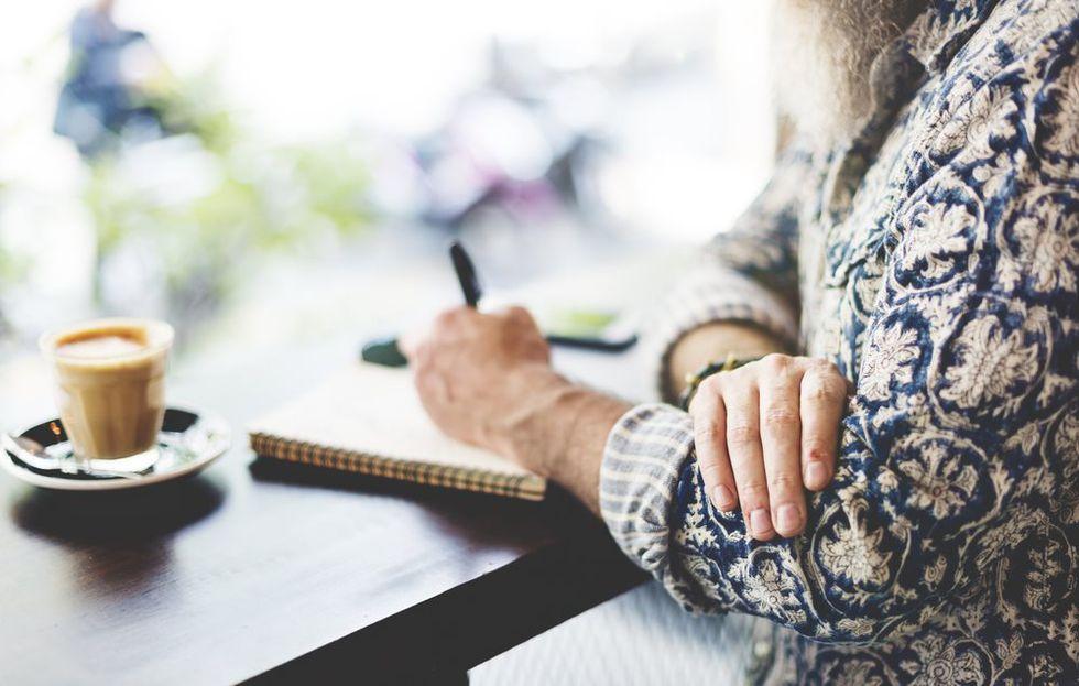 手帳を書く女性
