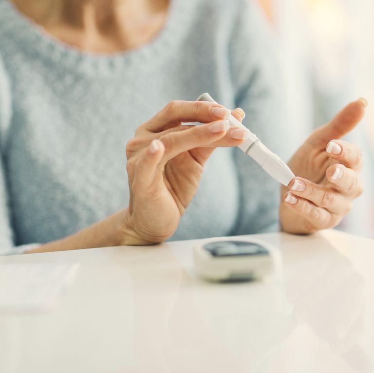 血糖を測る女性