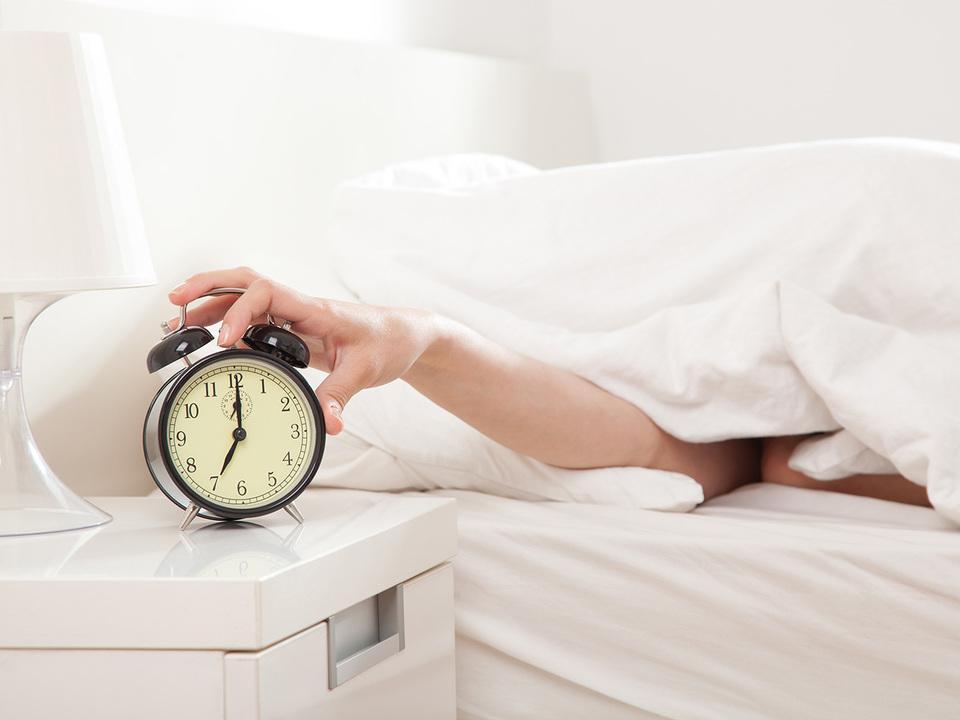 目覚まし時計を止める人