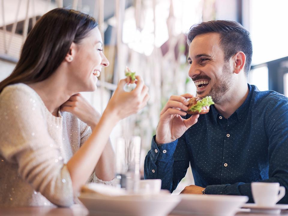 食事するカップル