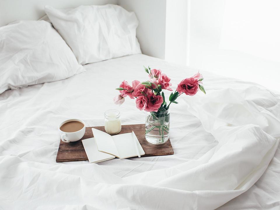 ベッドの上に花