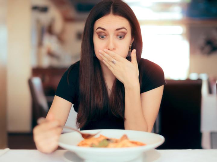 食事をとる女性