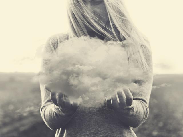 雲を持つ女性