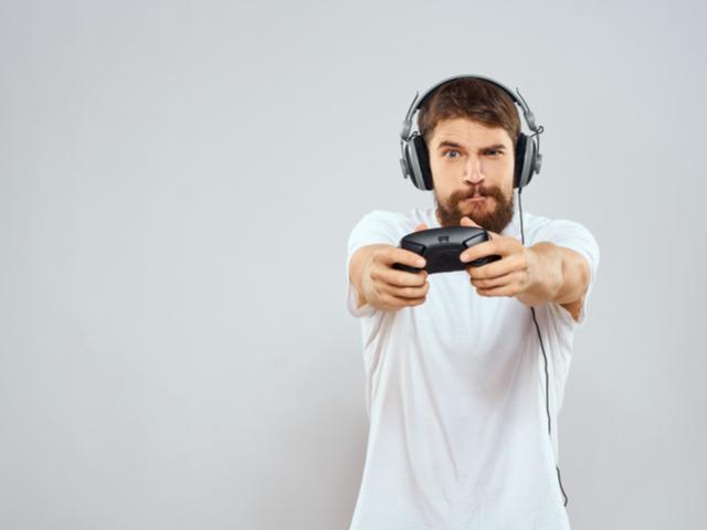 ゲームする男性