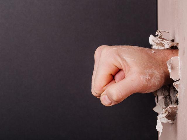 壁を壊す手