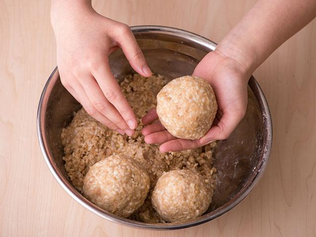 味噌づくり 大豆を丸める