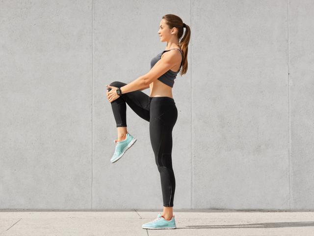 片足で立つ女性