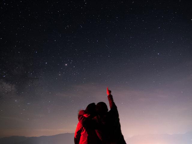 星を見上げるカップル