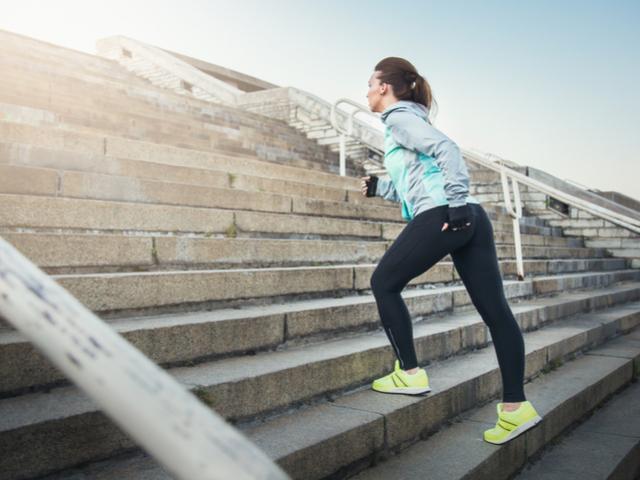 階段登る女性