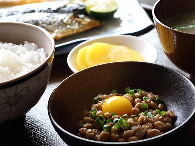 納豆とごはん、お味噌汁の定食