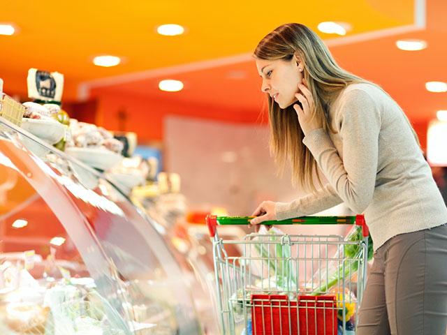 買い物中の女性