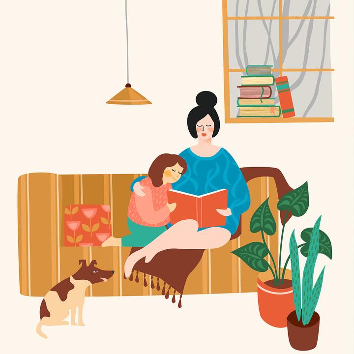 家で本を読む親子