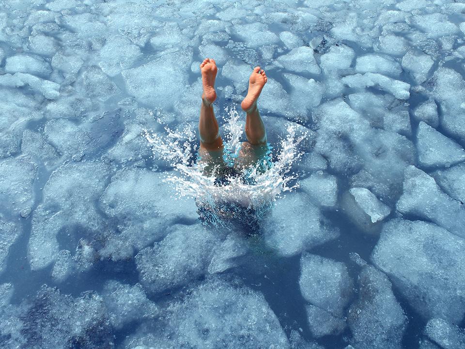 氷の中に飛び込む人