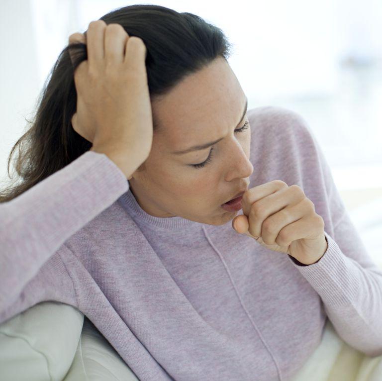 咳き込む女性