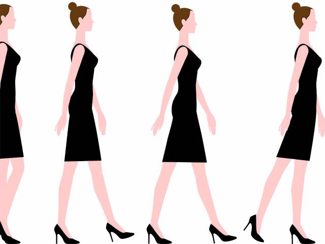 正しい姿勢で歩く女性
