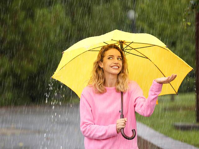雨の中で笑顔の女性