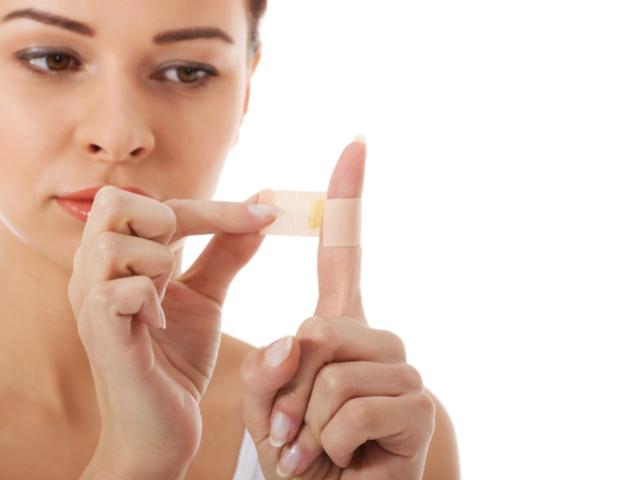絆創膏を貼る女性