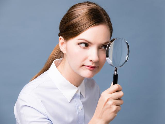 虫眼鏡で見る女性