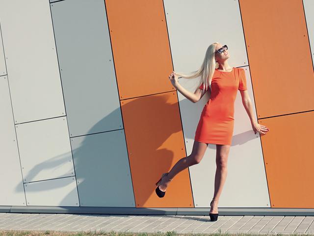オレンジ色の服を来ている女性