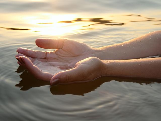 水に浸している手