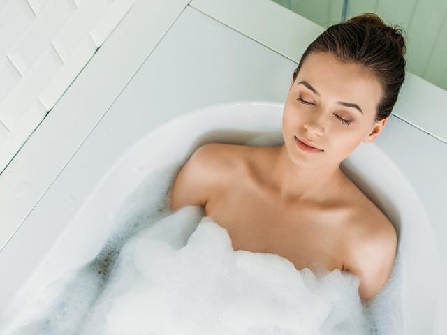 お風呂に浸かる女性