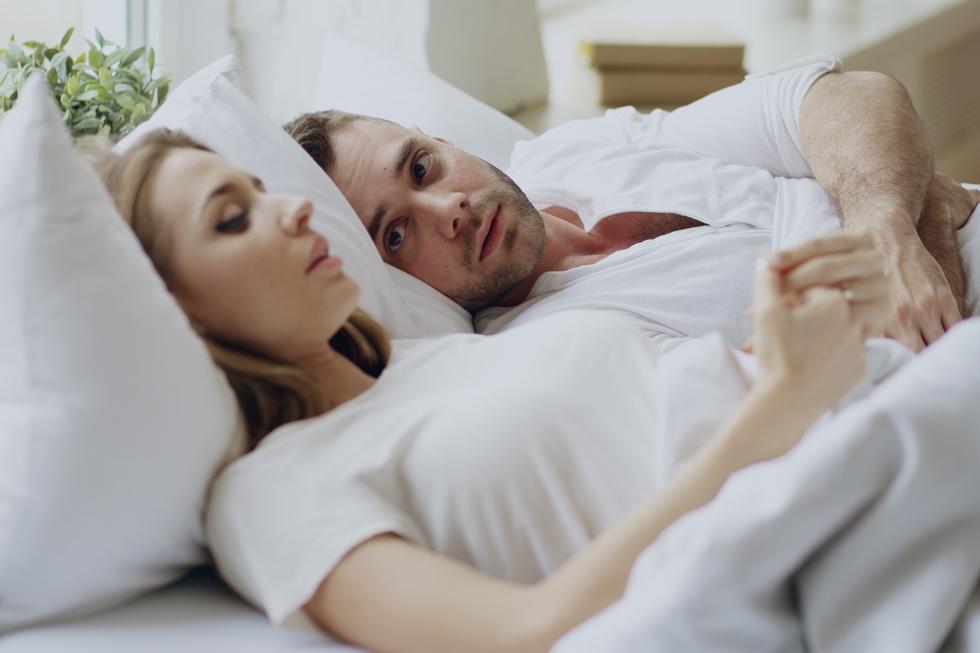 寝転がるカップル