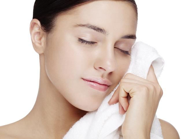 タオルで拭く女性