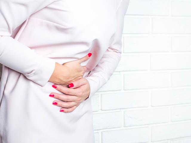 胃に違和感のある女性