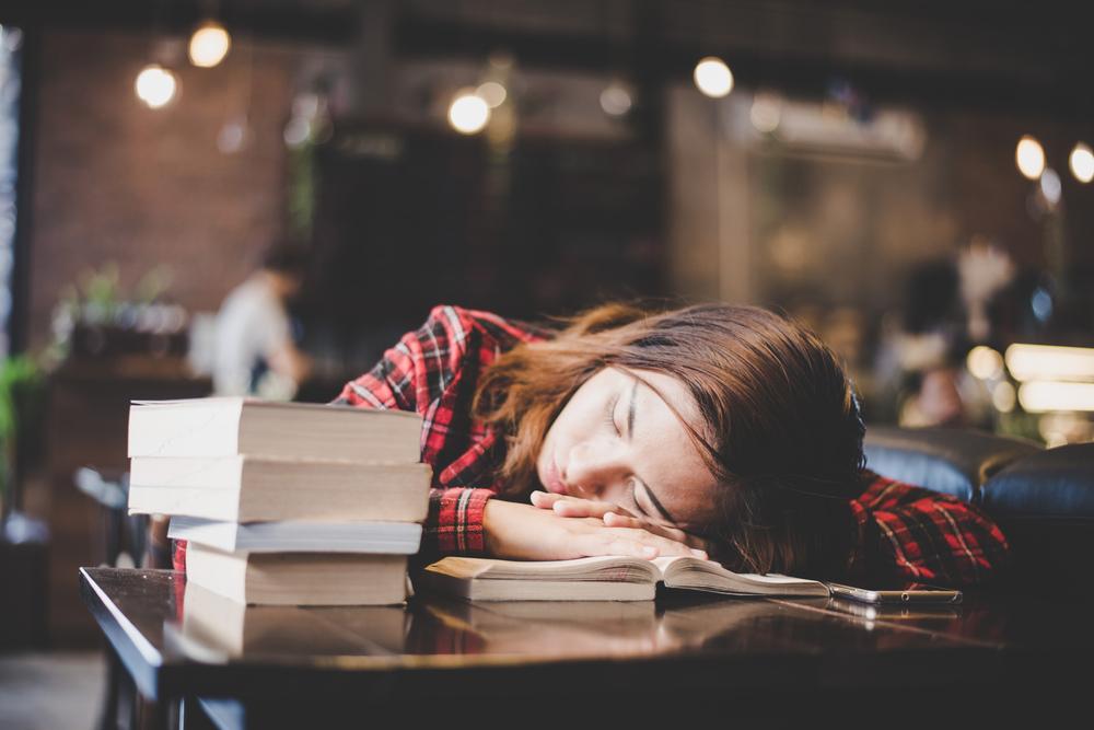 カフェで寝る女性
