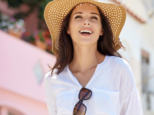 太陽の下で微笑む女性