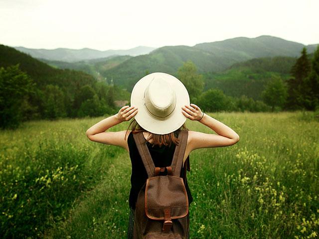 自然の中でリフレッシュする女性