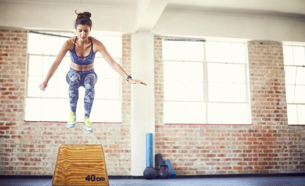 跳び箱を飛ぶ女性