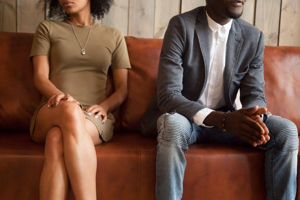 座るカップル