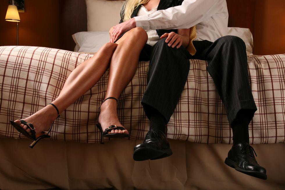 ベッドに座る男女