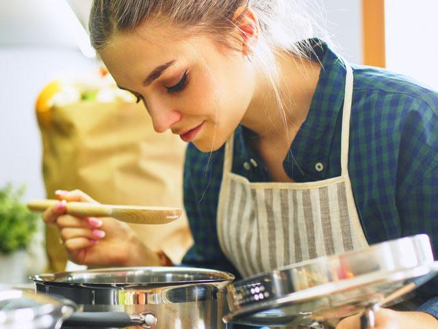 カレー粉とスパイスと小麦粉を少量の油で炒めて