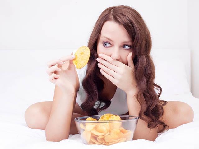 ポテトチップスを食べる女性