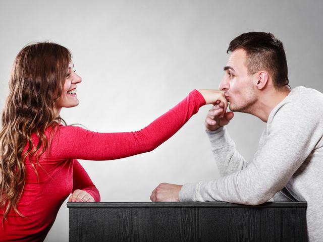 手にキスする男性