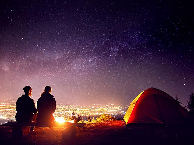 星をみるカップル