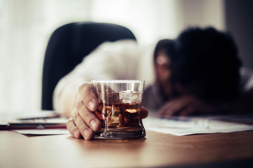酒を飲む人