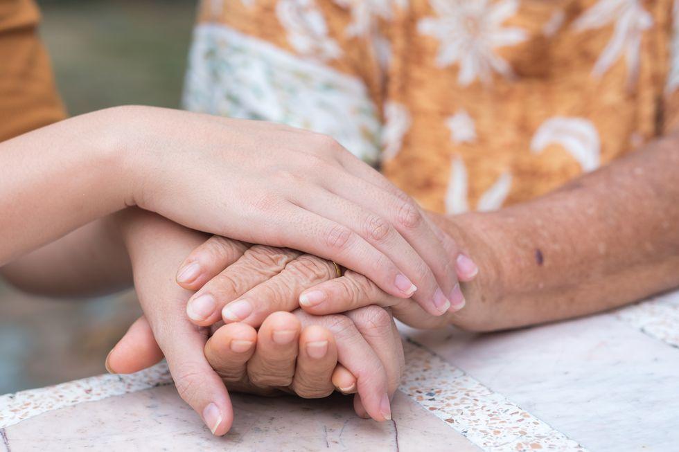 手を繋ぐ人