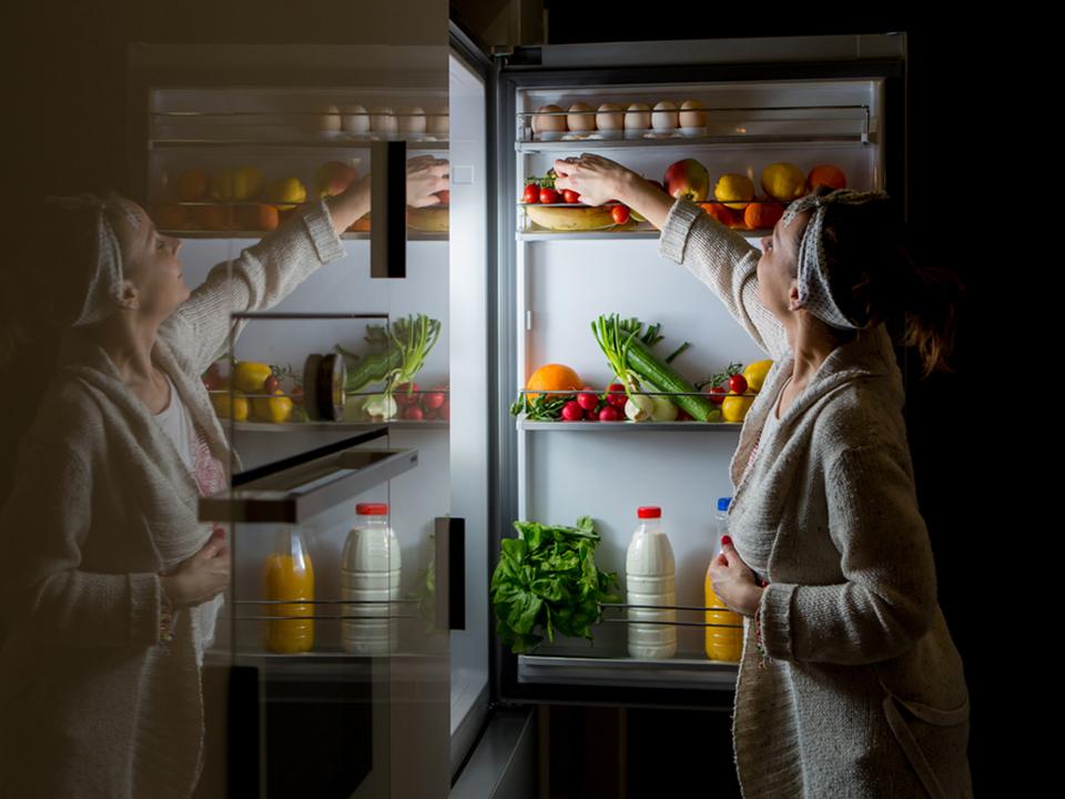 冷蔵庫をあさる女性