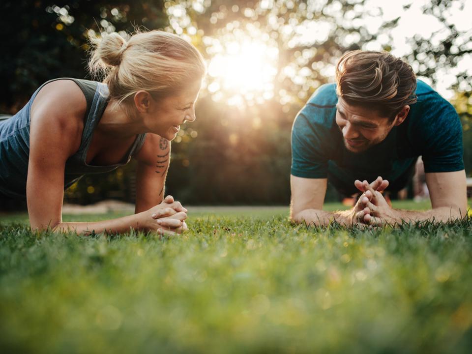 運動するカップル