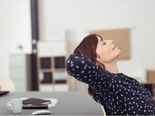 休憩する女性