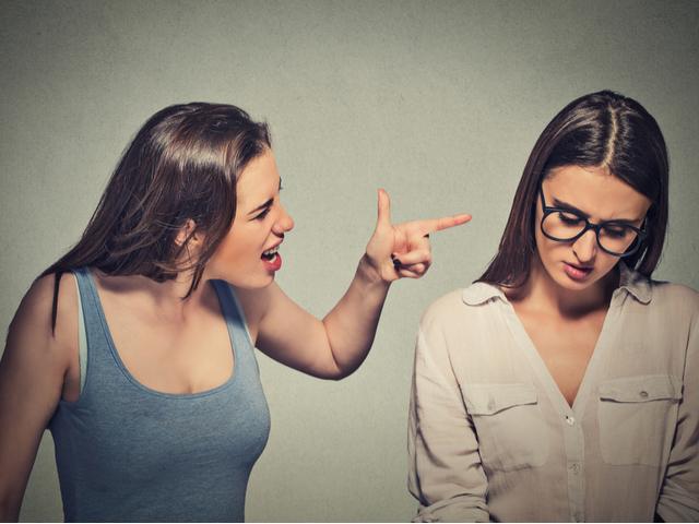 喧嘩する女性