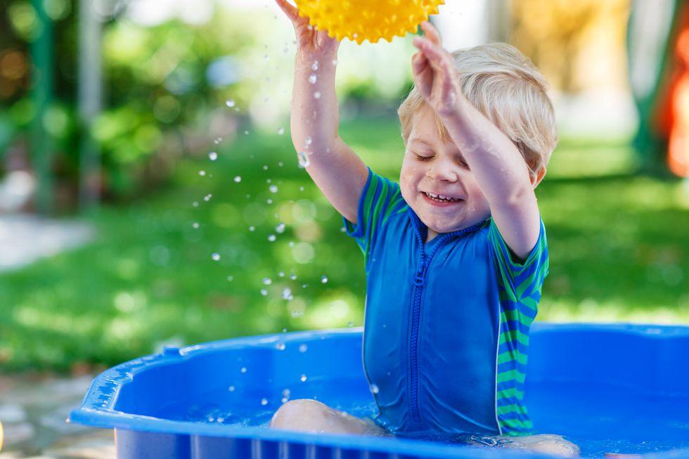 水遊びする子供