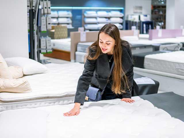 寝具を選ぶ女性