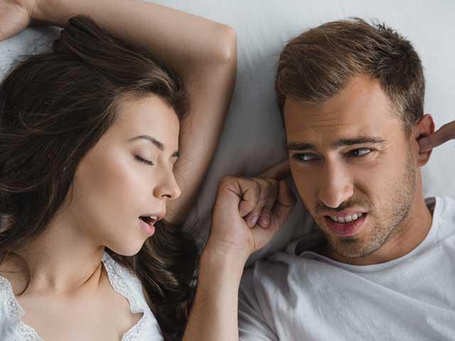 いびきに苦しむカップル