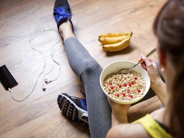 運動後食事をとる女性