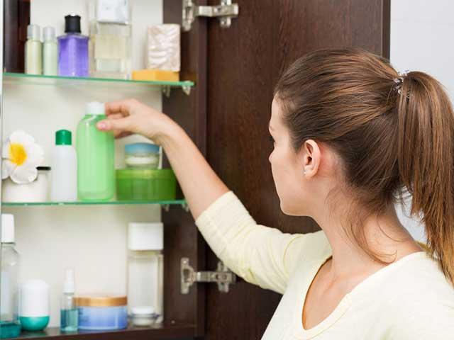 化粧品を並べる女性