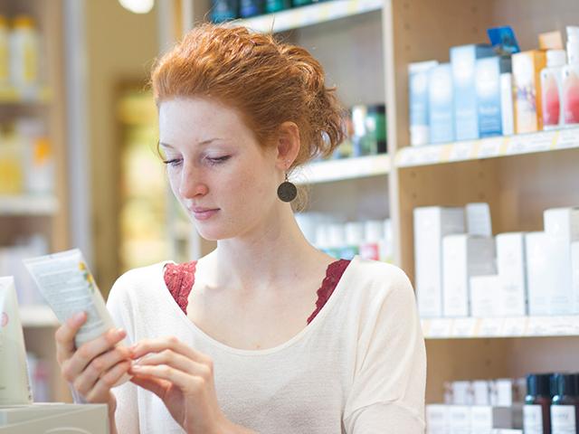 化粧品の品質表示を見る女性